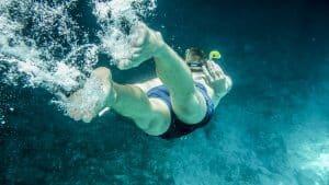 practicar el deporte snorkel este verano en la playa